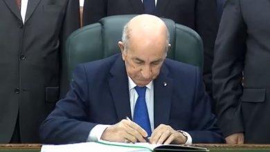 صورة رئيس الجمهورية يوقع على قانون المالية لسنة 2021