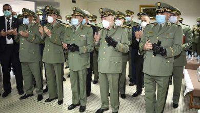 صورة شنقريحة يشرف على تقديم التشريفات ورفع جثامين شهداء المروحية العسكرية