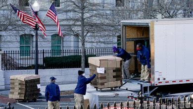 صورة شركة التنظيف تباشر عملية تنظيف البيت الأبيض من أمتعة ترامب