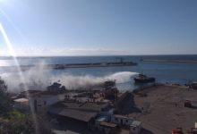 صورة مستغانم: احتراق باخرة صيد كبيرة في ميناء المدينة