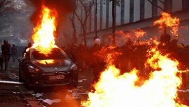 صورة أعمال شغب أدت إلى حرق 13 سيارة بليون الفرنسية
