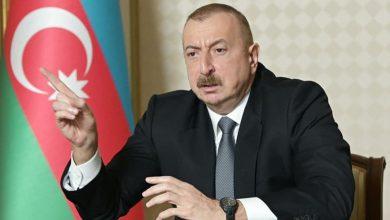 صورة الرئيس الأذربيجانـي يذكـر الفرنسيين بجرائمهم ضد الجزائر